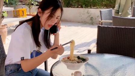 祝晓晗跟朋友吃饭,吃到一半发现朋友不见了,网友:你可长点心吧
