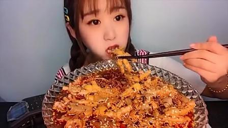 美食boom:看劇必備的泡椒鳳爪,小姐姐挑戰超大一碗,一口不停開吃,看著真好吃!