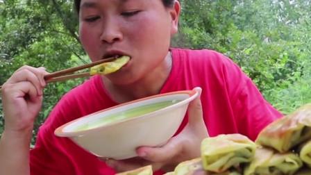 胖妹不愧是吃货,早餐就吃韭菜卷,一口一个酥脆吃的太过瘾了