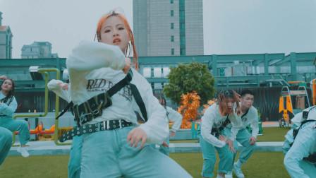 点击观看《漂亮脏辫女孩舞蹈视频 简单现代舞》