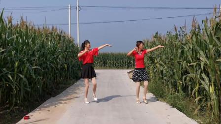 点击观看《河北青青广场舞《做你心上的人》农村实景双人版》