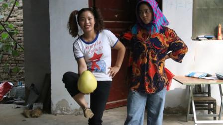 妈妈从姥姥家给傻妞带来柚子,傻妞却拿着当皮球踢,真是太傻了