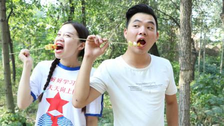 妈妈不在家小甜甜害怕的一直哭,哥哥给做糖葫芦哄妹妹,哥哥真好