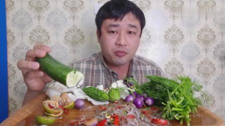 吃播:泰国吃货大叔试吃生腌小河虾,配上新鲜的茴香苦瓜,超级香!