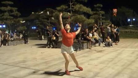 中年妇女美女学跳广场舞太湖美 青青世界夜晚广场景色太美