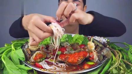 吃播:泰国美女吃货试吃生腌大膏蟹,满满的蟹黄,都能当汤喝了!