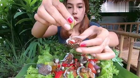 吃播:泰国美女吃货试吃辣腌血蛤,一口一个,吃起来超级香!