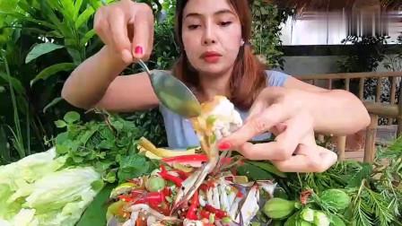 吃播:泰国美女吃货试吃生腌花盖蟹,配上新鲜的鱿鱼,吃得津津有味