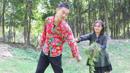一男一女在地里拔草,美女问他夫妻的共同点是啥,小伙回答有才了
