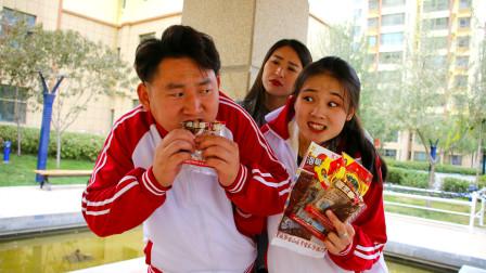 学生偷吃辣条被老师发现,老师提问学生,不料学生句句回答不离辣条