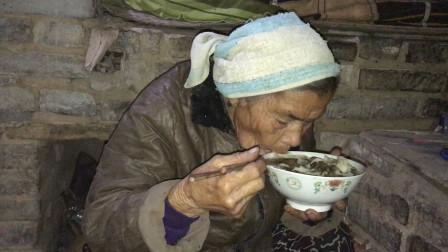 农村79岁老人一个人生活,花12元买了10斤油,这油炒的菜能吃吗