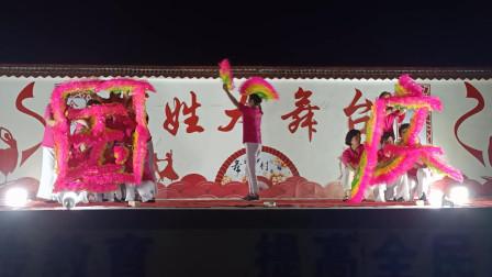 乡村大舞台广场舞《开门红》红四方 扇子队形舞喜庆欢快
