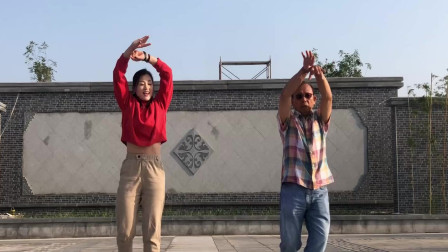 青青世界教老外跳鬼步舞视频