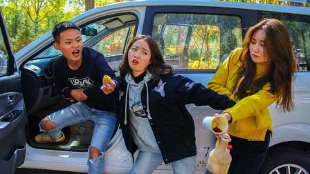 两学员为获得考试机会,比赛吃柠檬,太有趣了