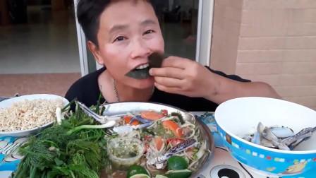 吃播:泰国吃货大叔试吃生腌花盖蟹,配上炸猪皮,吃得贼过瘾!