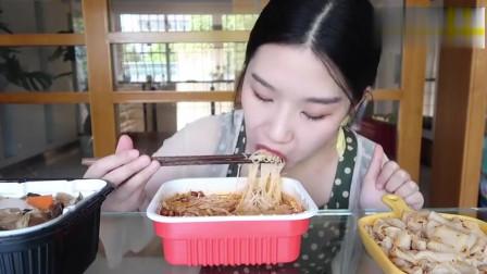 美女试吃螺蛳粉,寿喜锅,麻辣酱凉皮,麻辣鸭掌和奶茶