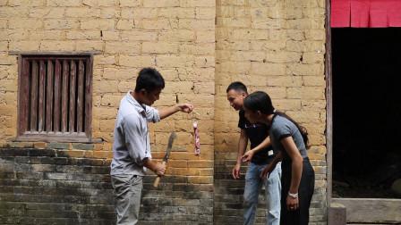 广西农村小伙买了块猪肉吃不完,叫来了两公婆一起吃,结果笑死我了