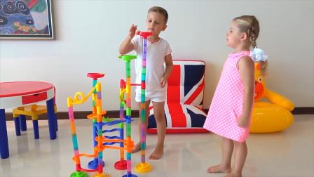 萌娃小可爱们可真是会玩呢!两个小家伙真是萌萌哒!—萌娃:哥哥,你来当我的宝宝吧?