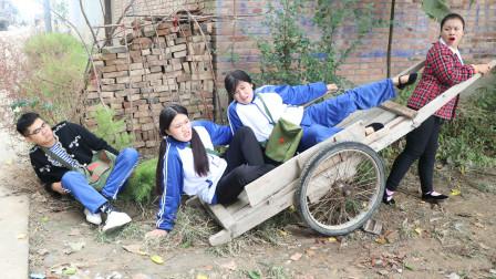 如花老师用驾车子拉同学们去秋游,没想半路全被摔了下来,太逗了