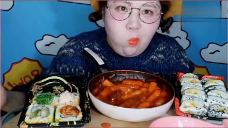 《农村美食》胖妞脸上画着雀斑妆,吃着寿司真满足,胖胖的也很漂亮。
