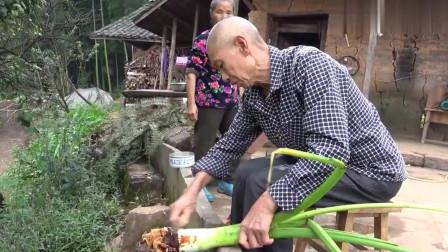 农村王四:王四老爸扶奶奶院子里锻炼身体, 还用芋头做美食, 2夫妻轮流给她夹