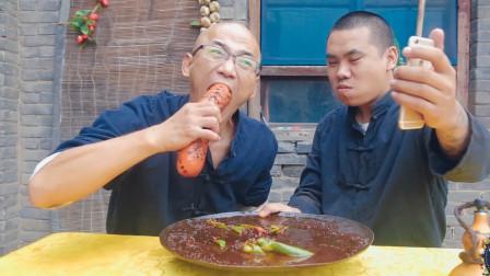 徒弟一道红烧巨型火腿,师傅一口气吃了半根,粉丝们狂刷礼物
