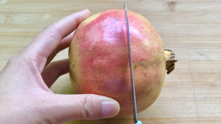 石榴不要用手剥了,学会这2个方法,不流汁不脏手,果肉还完整