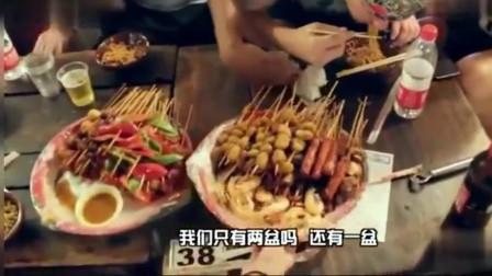 外国人在中国吃美食, 只要一个牛肉丸, 就让老外的脸部扭曲起来