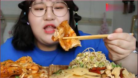 《农村美食》美女大口吃烤冷面,上面涂的酱好多,看着好馋人啊!