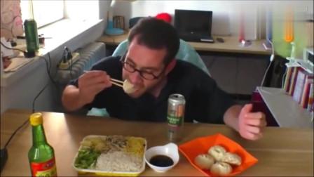 老外:老外一边吃中国美食,一边吐槽吃汉堡的外国朋友傻!太绝了