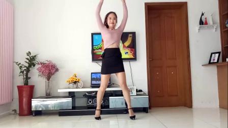 点击观看《广场舞大妈京京短裙学跳健身舞》