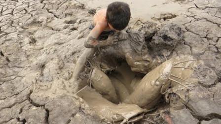 男孩来到干涸的土地,提着桶捞鱼,没想到收获满满!