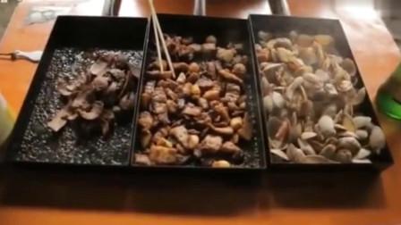 街头美食斗士:白宗元在青岛路边摊吃蛤蜊,这炭火做出来的美味,吃了人生圆满!