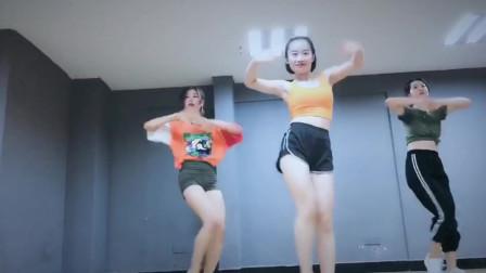 紧身运动短裤美女练习室学跳爵士舞唇唇欲动