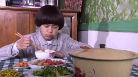 妈妈做了一大桌美食,却只让哥哥一个人吃,妹妹只能在门外看着