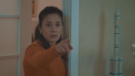 远方的家:不孝儿子想出去玩,竟把亲妈锁在厕所,真是让人气愤相关的图片