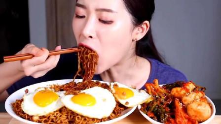 韩国吃货美女吃炸酱面、煎蛋、泡菜,超诱人!