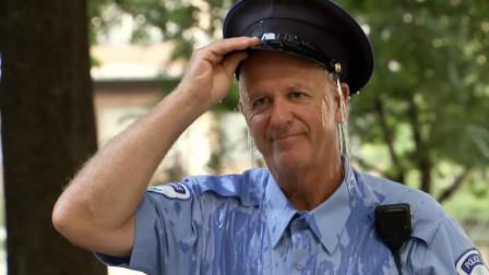警察插队和男孩抢厕所,男孩报仇尿在了警察的帽子里,下一秒警察愣住了