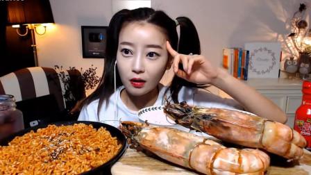 韩国网红美女吃播:黑虎虾蘸着火鸡酱吃,满嘴酱汁也不顾及