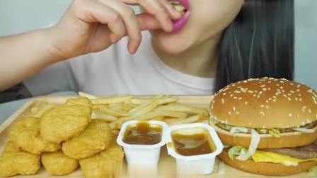 国外吃货微笑姐,吃薯条和汉堡,配上炸鸡块,吃得太香了