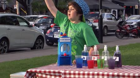 熊孩子学大人做生意,用玻璃水制作果汁卖给路人,知道真相的路人傻眼了