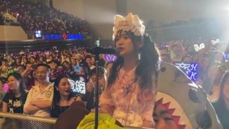 为了来看任贤齐演唱会,萝莉妈妈把孩子留在酒店,自己跑来看演唱会