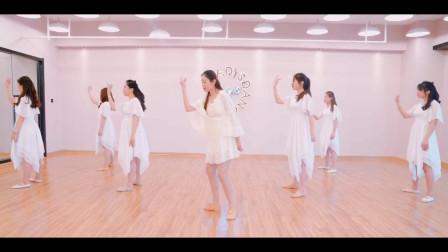 点击观看《好看优美现代舞视频从前慢》