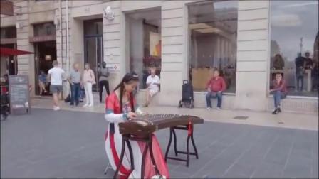 小姑娘给国人争脸--在国外街头古筝演奏《荷塘月色》,老外掌声如雷