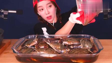 吃货小姐姐,试吃鲜活酱螃蟹,倒满酱油腌着吃太香了!