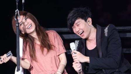 林俊杰对田馥甄唱《爱要怎么说出口》,粉丝快哭了,爱的太卑微