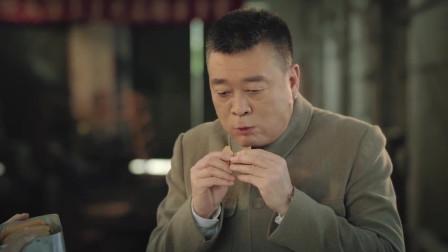《奔腾年代》堂堂厂长听说要让他报销点心费,立马放下美食,厂里没钱啊