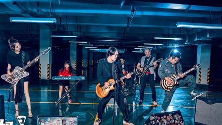 缝纫机乐队《不再犹豫》 共唱一首不在犹豫,场面实在是震撼!相关的图片