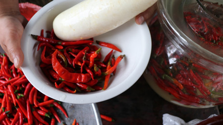 湖南人做的酸辣椒,不生白花又不烂,酸的快,3年不烂