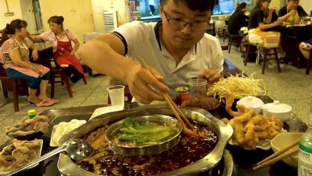 重庆火锅太地道,大sao大蒜全拿了,服务员连盆都找不着!